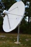 Gammal satellit- maträtt som bara står arkivfoto
