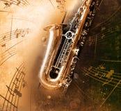 Gammal saxofon med smutsig bakgrund Arkivbilder