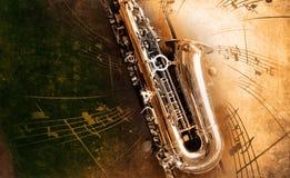 Gammal saxofon med smutsig bakgrund Royaltyfria Foton
