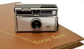 gammal scrapbook för kamera royaltyfri bild