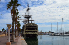 Gammal segelbåt i den Alicante hamnen Fotografering för Bildbyråer