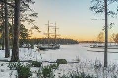 Gammal segelbåt som klibbas i isen arkivfoton