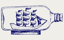 Gammal segelbåt i glasflaska Arkivfoton