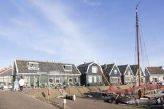 Gammal seglingskyttel i hamn av den holländska byn Marken Arkivbild