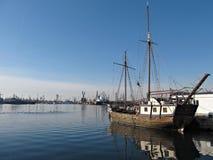 Gammal Ship i lugna vattenhamn Royaltyfri Foto