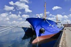 Gammal ship i port av Dalian. Kina arkivbild
