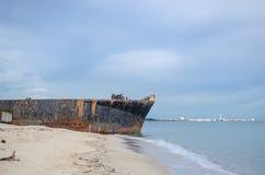 Gammal ship på stranden Fotografering för Bildbyråer