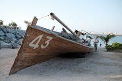 Gammal ship på stranden arkivbilder