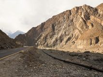 Gammal siden- väg längs den Karakoram huvudvägen i Pakistan Arkivfoto
