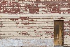 Gammal siding för wood hus och en dörr Royaltyfri Bild