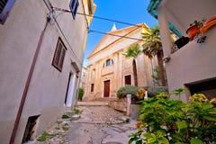 Gammal sikt för gata och för kyrka för Adriatiska havet stadVrbnik sten Royaltyfri Bild