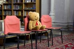 gammal sittande nalle för björnstol Arkivfoton