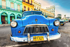 Gammal sjaskig amerikansk bil i Kuba Royaltyfri Foto