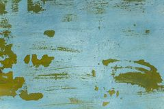 Gammal sjaskig bl? gr?n v?gg med sprickor och vita skrapor Textur f?r grov yttersida royaltyfria bilder