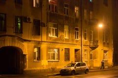 Gammal sjaskig byggnad på natten i mitten St Petersburg mellan 1924 och 1991 namngav Leningrad Royaltyfria Foton
