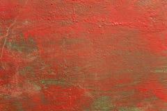 Gammal sjaskig grön blå vägg med fläckar av röd målarfärg, sprickor och skrapor Textur för grov yttersida arkivfoto