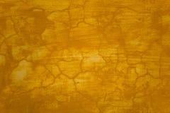 Gammal sjaskig gul vägg med skrapor och sprickor Textur för grov yttersida royaltyfria foton