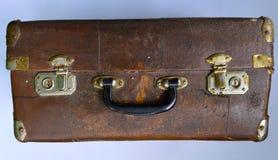 Gammal sjaskig resväska arkivfoton