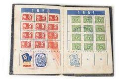 Gammal sjaskig tappninglegitimationbok från femtiotal royaltyfria bilder