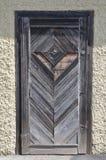 Gammal sjaskig trädörr med låset Royaltyfri Bild
