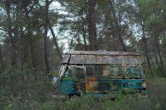 Gammal skåpbil för hippie som överges i skog Fotografering för Bildbyråer