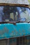 Gammal skåpbil för hippie som överges i skog Arkivfoton