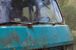 Gammal skåpbil för hippie som överges i skog Arkivbilder