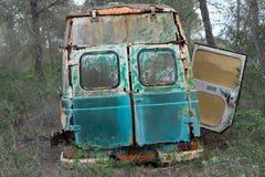 Gammal skåpbil för hippie som överges i skog Royaltyfria Foton