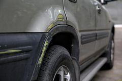 Gammal skada för bilkroppsida efter en vägolycka Arkivbilder