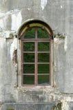Gammal skadad packad tegelstenvägg med fönstret royaltyfri foto