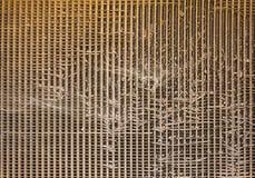 Gammal skadad rostig brun elementskyddsgaller med spindelnät Textur f?r grov yttersida royaltyfri bild