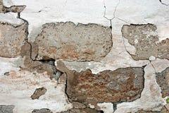 Gammal skadad tegelstenwalll med vit murbruk för skalning textur fotografering för bildbyråer