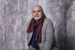 Gammal skallig gråhårig modern man i trendig kläder arkivfoto