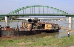Gammal skepp och bro royaltyfri bild
