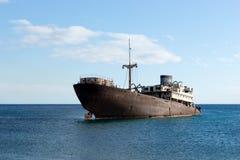 Gammal skeppsbrott som lokaliseras utanför huvudstaden Arrecife Lanzarote royaltyfria bilder