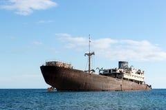 Gammal skeppsbrott som lokaliseras utanför huvudstaden Arrecife Lanzarote arkivbilder