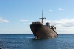 Gammal skeppsbrott som lokaliseras utanför huvudstaden Arrecife Lanzarote arkivfoton
