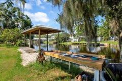 Gammal skeppsdocka på en Florida kanal fotografering för bildbyråer