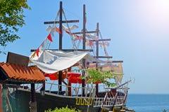 Gammal skeppsegling på kusten Restaurangen på däcket av skeppet på kajen av Nessebar i Bulgarien royaltyfria bilder
