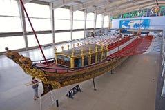 Gammal skeppspansk gallion i det maritima museet, Lissabon, Portugal arkivbild