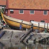 Gammal skeppsvarv i byn av Spakenburg Royaltyfri Bild