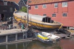 Gammal skeppsvarv i byn av Spakenburg Royaltyfri Fotografi
