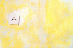 Gammal skröplig vägg med den elektriska håligheten Royaltyfri Foto
