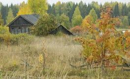 gammal skranglig by för hösthus Royaltyfri Foto
