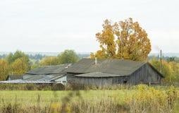 gammal skranglig by för hösthus Arkivfoton