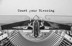 Gammal skrivmaskin för tappning på vit bakgrund med texträkning din välsignelse royaltyfri bild