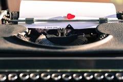 Gammal skrivmaskin med ord av förälskelse Royaltyfria Foton