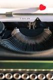 Gammal skrivmaskin med ord av förälskelse Arkivfoto