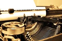 Gammal skrivmaskin med papper för kommunikation Royaltyfri Fotografi