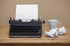 Gammal skrivmaskin på ett skrivbord Arkivfoto